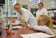 Uni live erleben: Konzentriert führen Oberstufenschülerinnen unter fachlicher Aufsicht im Chemie-Institut  Experimente durch. Foto: Ernst