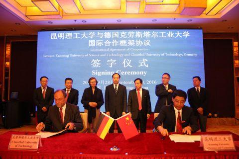 Professor Thomas Hanschke (links) und Professor Jinhui Peng (Präsident der Kunming Universität) unterzeichnen einen Kooperationsvertrag, im Hintergrund Li Pen (Mitte), der stellvertretende Ministerpräsident der Provinz Yunnan. Foto: Kunming Universität