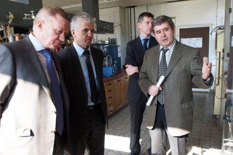 Professor Wladimir Nowoselow (l.), Rektor der Tjumener Universität, unterschrieb die neue Kooperation mit der TU Clausthal. Bereits im Vorjahr hatte er einen Rundgang am Clausthaler Institut für Erdöl- und Erdgastechnik unternommen.