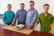 Das siegreiche Quartett (von links) mit dem Modell ihrer Konstruktionsidee: Lukas Mann, Julian Dreblow, Dominik Kook und Arthur Fleck. Foto: Storm/IMW