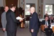 Dr. Steffen Zimmer (rechts)  erhält das diamantene Diplom von Universitätspräsident Professor Thomas Hanschke und Vizepräsident Professor Oliver Langefeld (links) überreicht. Foto: Arthur Brühl