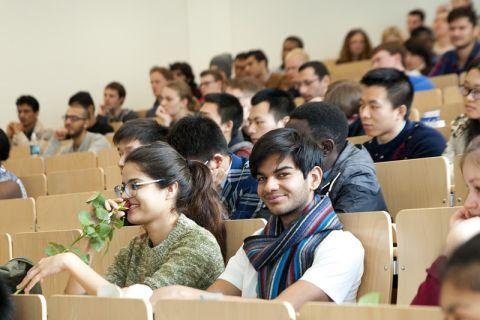 Passend zum Frühling sind die neuen Studentinnen an der TU Clausthal mit einer Rose empfangen worden. Foto: Ernst