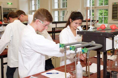 Für das Laborpraktikum Chemie können sich Oberstufenschülerinnen und -schüler noch anmelden. Foto: Ernst