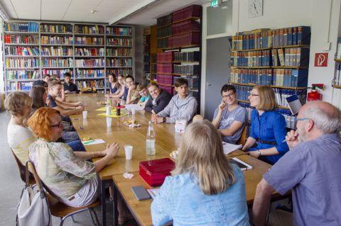 Die Teilnehmenden des Sommerkollegs mit dem Organisationsteam in der Bibliothek des Instituts für Organische Chemie. Foto: Hoffmann