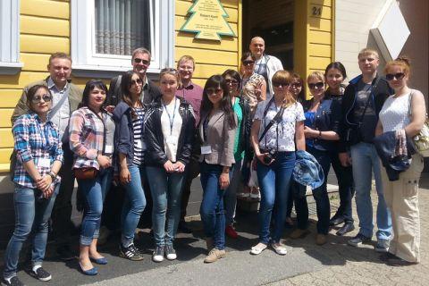 Die Studierenden aus Zentralasien besichtigten in Clausthal-Zellerfeld auch das Haus, in dem der Nobelpreisträger Robert Koch als Kind einige Jahre gelebt hat. Foto: IGMC