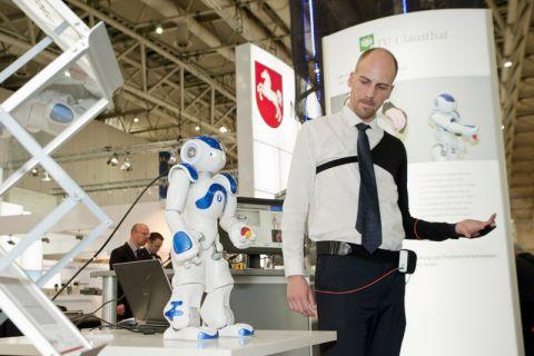 Blickfang auf der Hannover Messe: der Roboter, der sich mit faseroptischer Technologie bewegt. Philip Guehlke stellte das Harzer Gemeinschaftsprojekt in der Landeshauptstadt vor. Foto: Ernst