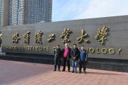 Professor Mingyi Zheng, Professor Heinz-Günter Brokmeier, Dr. X.G. Qiao und Dr. X. J. Wang  vor dem Harbin Institute of Technology.
