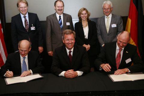 Im Beisein von Ministerpräsident Christian Wulff unterzeichnen der Clausthaler Vizepräsident Professor Hans-Peter Beck (r.) und der Präsident der Rice University, Prof. David W. Leebron, die Vereinbarung. (Foto: Marquardt)