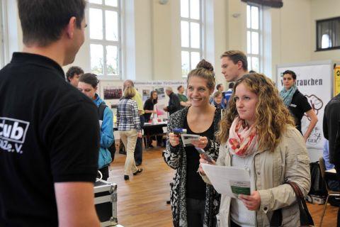 """Studienanfängerinnen informieren sich auf der TUC-Start-Messe über Studentenleben in Clausthal-Zellerfeld. Aufgrund des Andrangs besuchten die Erstsemester in drei """"Wellen"""" die Start-Messe in der Aula der Universität. Foto: Ernst"""