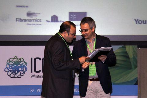 Dr.-Ing. Ahmed Elsabbagh (links) nimmt während der internationalen Konferenz auf den Azoren die Auszeichnung entgegen. Foto: ICNF