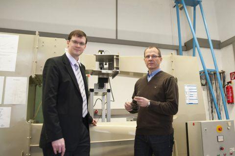 Dr. Anthony Gardner (links) und Professor Gunther Brenner im Fachgespräch vor dem Windkanal im Institut für Technische Mechanik. Foto: Ernst