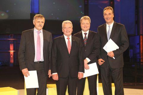Bundespräsident Joachim Gauck übergab im Rahmen der Verleihung des Deutschen Zukunftspreises Urkunden an den Clausthaler Professor Karl-Heinz Spitzer (l.), Ulrich Grethe (2.v.r,) und Burkhard Dahmen (r.). Foto: Zukunftspreis