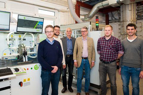 Arbeiten mit dem neuen Power-to-Gas-Gerät (von links): Matthias Koj, Professor Gregor Wehinger, Professor Ulrich Kunz, Professor Thomas Turek, Bjarne Kreitz und Philipp Haug. Foto: Hoffmann