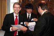 Professor Alfons Esderts, der an der TU Clausthal vor 25 Jahren sein Diplom gemacht hat, erhält von Universitätspräsident Professor Thomas Hanschke die Ehrenurkunde zum silbernen Diplom. Foto: Bertram