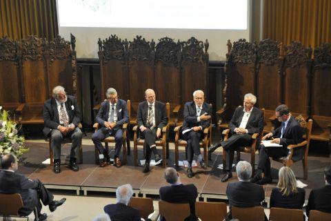 Illustre Runde in der TU-Aula (von links): Dr. Jürgen Großmann, Ulrich Grillo, Professor Daniel Goldmann, Professor Fritz Vahrenholt, Professor Reinhard Hüttl und Moderator Kai Diekmann. Foto: Ernst