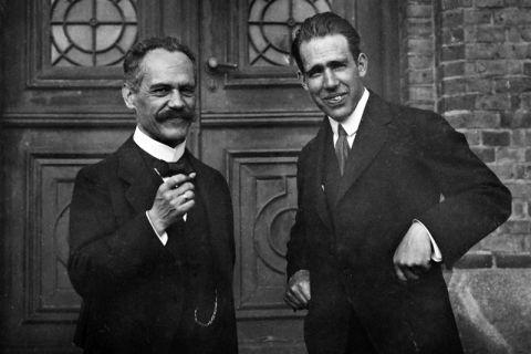 Bei einer Physikerkonferenz im September 1919 tauschten sich Arnold Sommerfeld (links) und Niels Bohr im schwedischen Lund über die Fortschritte der Atomtheorie aus. Foto: Deutsches Museum München