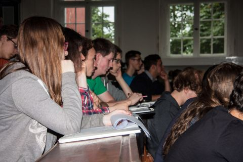 Viele Notizen machten sich die Jugendlichen, die an der TU Clausthal praktisch und theoretisch auf die Chemie-Olympiade vorbereitet wurden. Foto: Madeline Pagenkemper