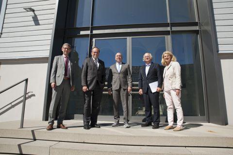 Dr. Volker Müller (Unternehmerverbände Niedersachsen) wird eingerahmt von den Professoren (von links) Alfons Esderts, Thomas Hanschke und Karl-Heinz Lux sowie der Landtagsabgeordneten Petra Emmerich-Kopatsch. Foto: Ernst