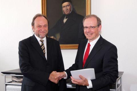 Dr. Volker Rupertus (r.), neuer Honorarprofessor an der TU Clausthal, nimmt die Urkunde und Glückwünsche von Universitätspräsident Professor Thomas Hanschke entgegen. (Foto: Bruchmann)