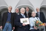 Professor Kuno Schädlich (vorne) neben seiner Frau Sigrid bei der Verabschiedung, eingerahmt wird er von den Professoren Ulrich Kunz, Oliver Langefeld, Thomas Turek und Ulrich Hoffmann (von links). Foto: Ernst