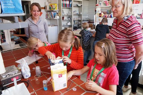 Petra Lassen (rechts), Mitarbeiterin im Institut, und Tatjana Methfessel mit Johanna, Klara und Nina (von links) beim Experimentieren im SuperLab. Foto: Hoffmann