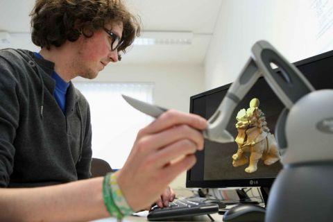 """Im Schülerseminar """"Simulation und Visualisierung"""" arbeiten die Teilnehmenden auch mit einem 3D-Scanner. Foto: Möldner"""