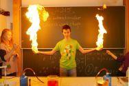 Spektakulär: Innerhalb des 1. internationalen Chemieworkshops durften die Teilnehmer bei der Chemieshow im Gymnasium – unter fachkundiger Aufsicht – mit Feuer experimentieren. Foto: Franke
