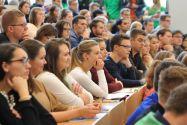 Im Audimax sind mehr als 300 Erstsemester der Fächer Wirtschaftsingenieurwesen und Betriebswirtschaftslehre begrüßt worden. Foto: Ernst