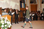 Internationale Universität, internationales Flair: Bei der Zeugnisübergabe präsentieren die Absolventen gerne mal ihre landestypischen Outfits, zum Beispiel einen Kilt. Foto: Ernst