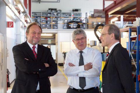 Professor Thomas Hanschke (l.) - hier im Institut für Polymerwerkstoffe und Kunststofftechnik mit Dr. Dieter Meiners (Mitte) und dem hauptberuflichen TU-Vizepräsidenten Dr. Georg Frischmann - setzt sich für Innovationen ein. Foto: Ernst