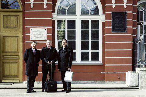 Vor dem Gebäude der  St. Petersburg University (von rechts): Professor Wolfgang Pfau (Vizepräsident der TU Clausthal für Internationales, Weiterbildung und Digitalisierung), Jens Hilgedieck und Dr. Nikita Golubnichiy. Foto: Astrid Abel
