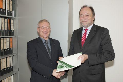 Dr. Guido Lülf (links), der an der TU Clausthal zum Honorarprofessor bestellt worden ist, erhält die Urkunde von Universitätspräsident Professor Thomas Hanschke. Foto: Ernst