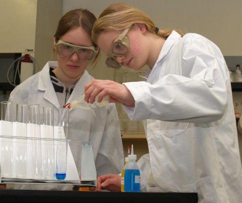 Hochkonzentriert: Schülerinnen des Ratsgymnasiums Goslar im Chemielabor der TU Clausthal.