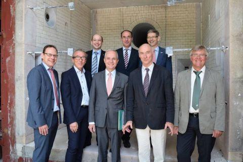 Initiatoren des Campus (v.l.): Thomas Krause (Allianz für die Region), Dirk Becker (Stadt Goslar), Dr. Martin Angelmahr (Fraunhofer), Landrat Thomas Brych, Dr. Jörg Aßmann, Prof. Hans-Peter Beck, Prof. Alfons Esderts (TU) und Dr. Werner Siemers (Cutec).