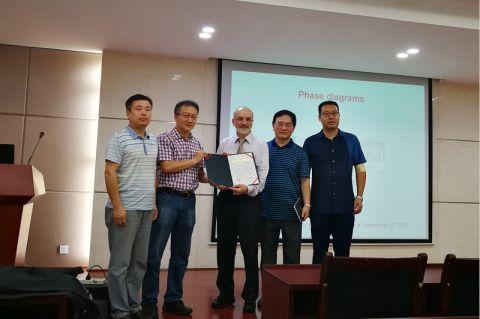Clausthaler Wissenschaftler sind in China angesehen: Professor Schmid-Fetzer nimmt an der Central South University die Urkunde zum Gastprofessor entgegen. Foto: CSU