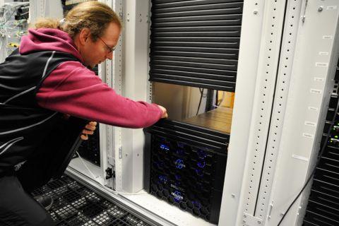Christian Marg zeigt das neue Speichersystem, das kaum mehr Platz als zwei Getränkekisten einnimmt. Foto: Ernst