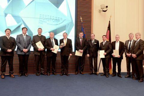 Die Clausthaler Professoren Eberhard Gock (Vierter von links) und Otto Carlowitz (Fünfter von links) sowie die Kooperationspartner des Projektes bei der Preisverleihung in Berlin. Foto: BMWI
