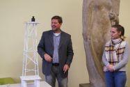 Professor Norbert Meyer testet den Papierturm von Studentin Wiebke Kristin Sievers mit einem Gewicht von 1000 Gramm. Foto: Institut