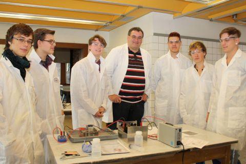 Lehrer Jörg Zellmer (M.) umringt von Braunschweiger Gymnasiasten beim Versuchsaufbau. Die Schüler zeigten viel Interesse an Wissenschaft.  (Foto: EFZN)