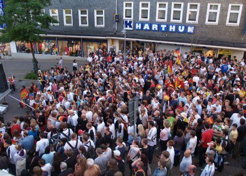 Großandrang vor dem Hauptgebäude der TU Clausthal beim Public Viewing.