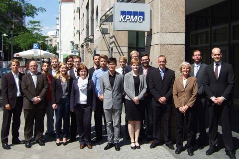 Clausthaler Studierende um Professorin Inge Wulf (3. von rechts) während der Exkursion nach Hannover zur dortigen KPMG-Niederlassung.