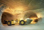 Bis zu 17 Tonnen Rohsalz kann dieser im Kalibergbau eingesetzte Lader auf einmal transportieren. Foto: K+S