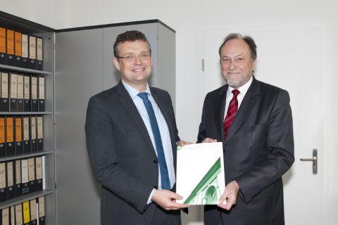 Universitätsprofessor Peter Wierach (links) erhält die Ernennungsurkunde von Universitätspräsident Professor Thomas Hanschke. Foto: Ernst