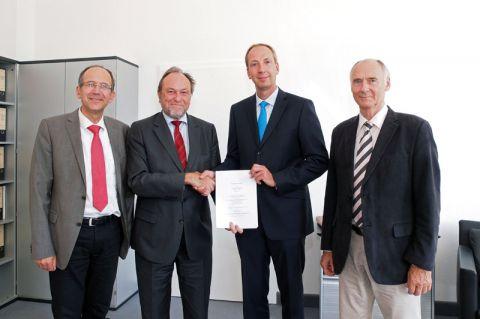 Kooperation besiegelt (von links): Dr. Andreas Lange, Professor Thomas Hanschke, Dr. Christoph Donner und Professor Hans-Peter Beck.  Foto: Lena Hofmann