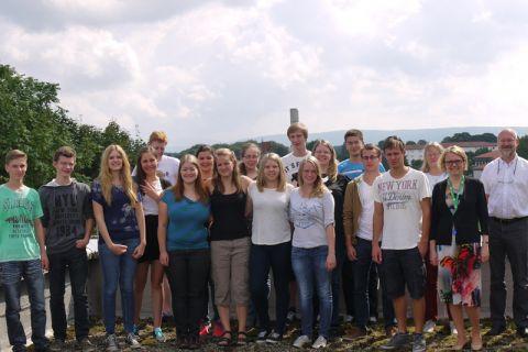 Die Schülerinnen und Schüler des Sommerkollegs 2014 mit dem Organisationsteam auf dem Dach des Instituts für Organische Chemie.
