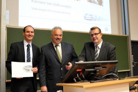 Professor Volker Wesling (rechts) freut sich, dass wieder Dozenten von Volkswagen – hier Dr. Albrecht Stalmann (Mitte) und Fabian Wenzel – eine Ringvorlesung an der TU Clausthal gestalten. Foto: Ernst
