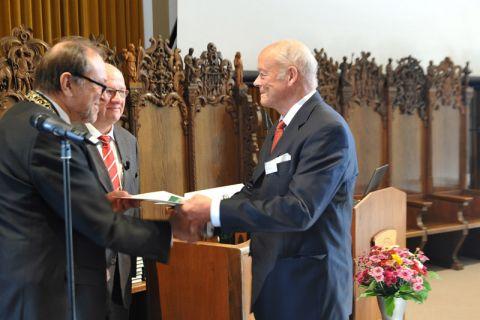 """Diplom-Ingenieur Per Gustav Lövold (rechts) aus Norwegen erhält die Urkunde zum """"Goldenen Diplom"""". Während seines Studiums an der TU Clausthal war er 1965 deutscher Hochschulmeister in der Nordischen Kombination. Foto: Ernst"""