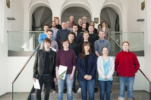 Auszubildende der TU Clausthal, die in diesem Winter ihre Lehrzeit beendet haben, mit ihren Ausbilderinnen und Ausbildern.  Foto: Bruchmann