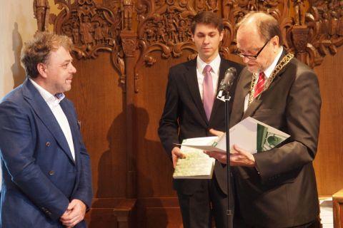 Maschinenbau-Ingenieur Antonis Kanakis (links), angereist aus den Niederlanden, erhielt von Universitätspräsident Professor Thomas Hanschke (rechts) das silberne Diplom der TU Clausthal.  Foto: Annika Budde