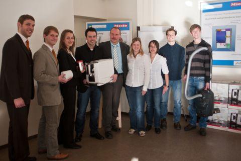 Die beiden siegreichen Clausthaler Studierendenteams mit den Geschenken vom Industriepartner des Wettbewerbs. (Foto: IMW)